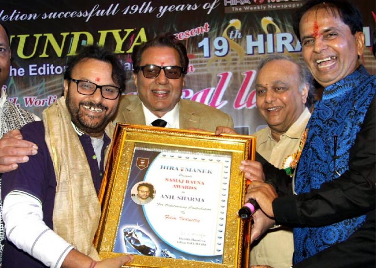 Dharmendra Felicitated With Life Time Achievement Award At 19th Heera Manek Awards