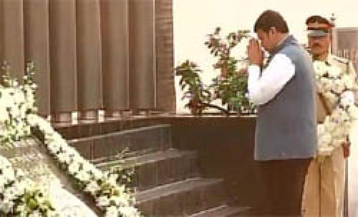 Maharashtra CM, Mumbai police pay homage to martyrs of 26/11