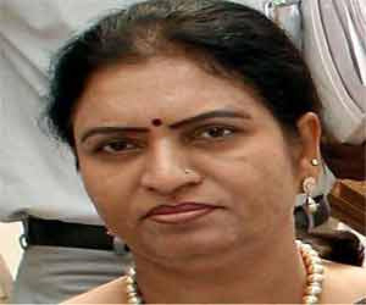 Aruna roars in anger, terms Jupally a cat…