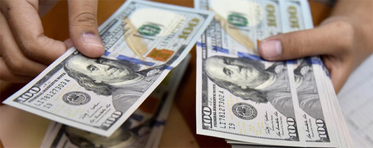 US dollar rises despite weak data