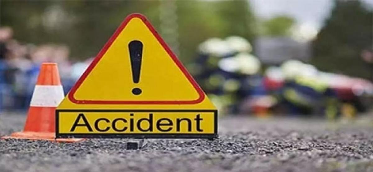 Lorry truck mows down bike; 3 killed