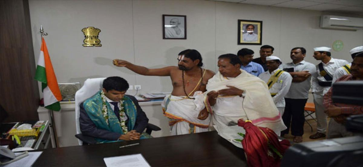 Sub Inspector Narendar helps orphan's last rites