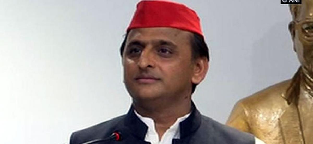 Akhilesh helps accident victims on Agra-Lucknow expressway