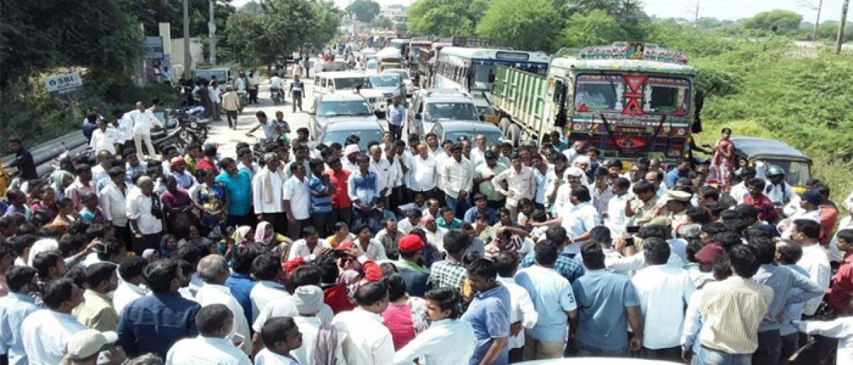 Kin of accident victims stage dharna in Yadagirigutta