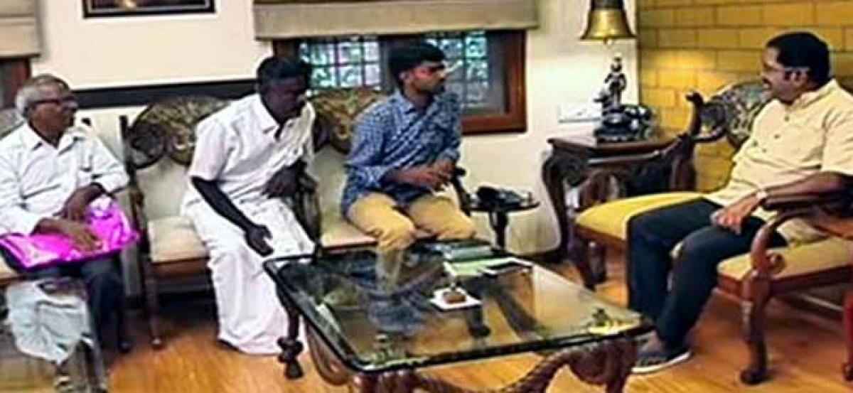 Dhinakaran meets family of late medical aspirant Anitha