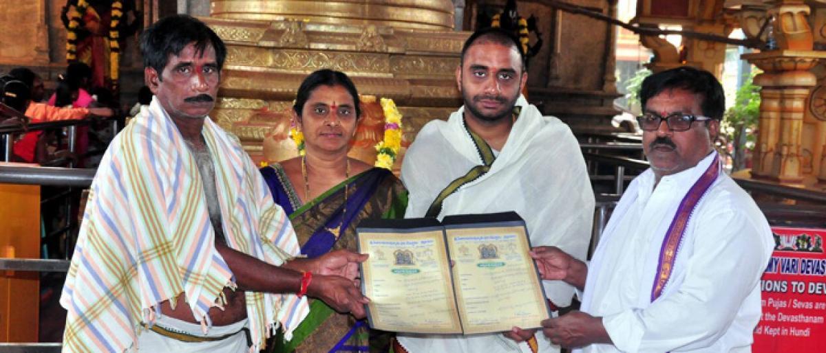 Devotee presents 1.5 lakh for Annadanam scheme