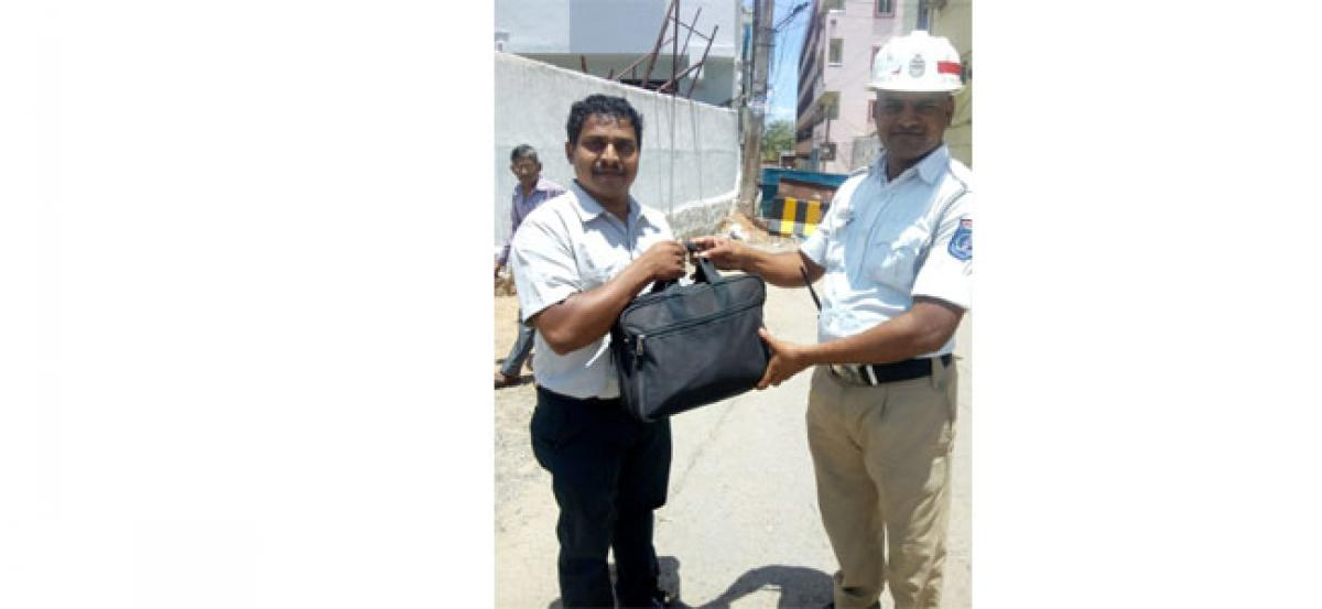 Homeguard hands over lost bag to commuter