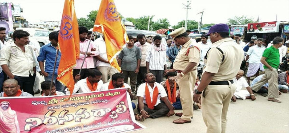 BJP leaders stages protest in Narayanakhed seeking lifting of ban against Swamy Paripoornanada