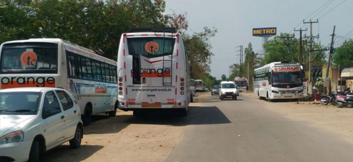 Parking of pvt buses cause hardship