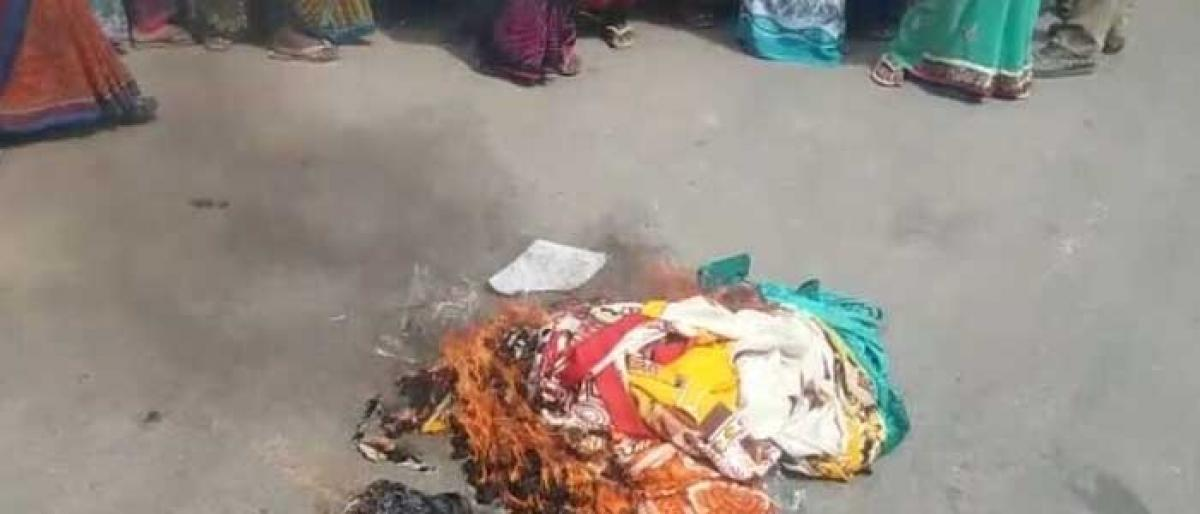 Women groups protest over poor quality Bathukamma sarees