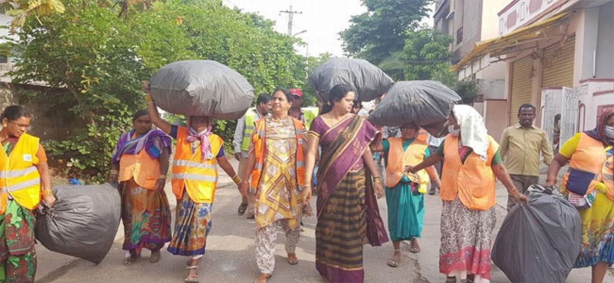 Swachh drive: Corporator Prasanna removes garbage