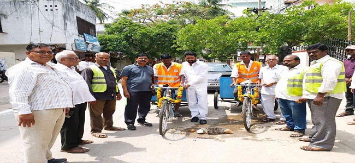Jinnaram hands over  Swachh rickshaws to workers