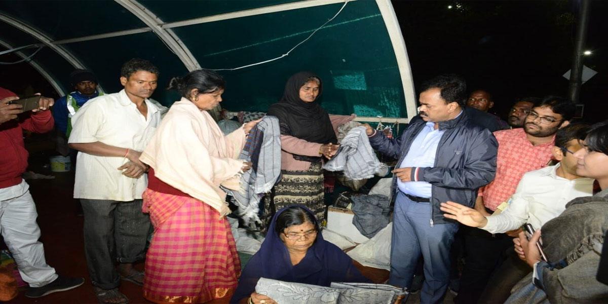 Warm gesture by GHMC Commissioner Dana Kishore to homeless in Bajara Hills