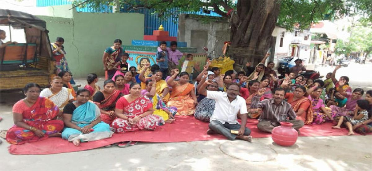 Locals stage dharna for regular water supply