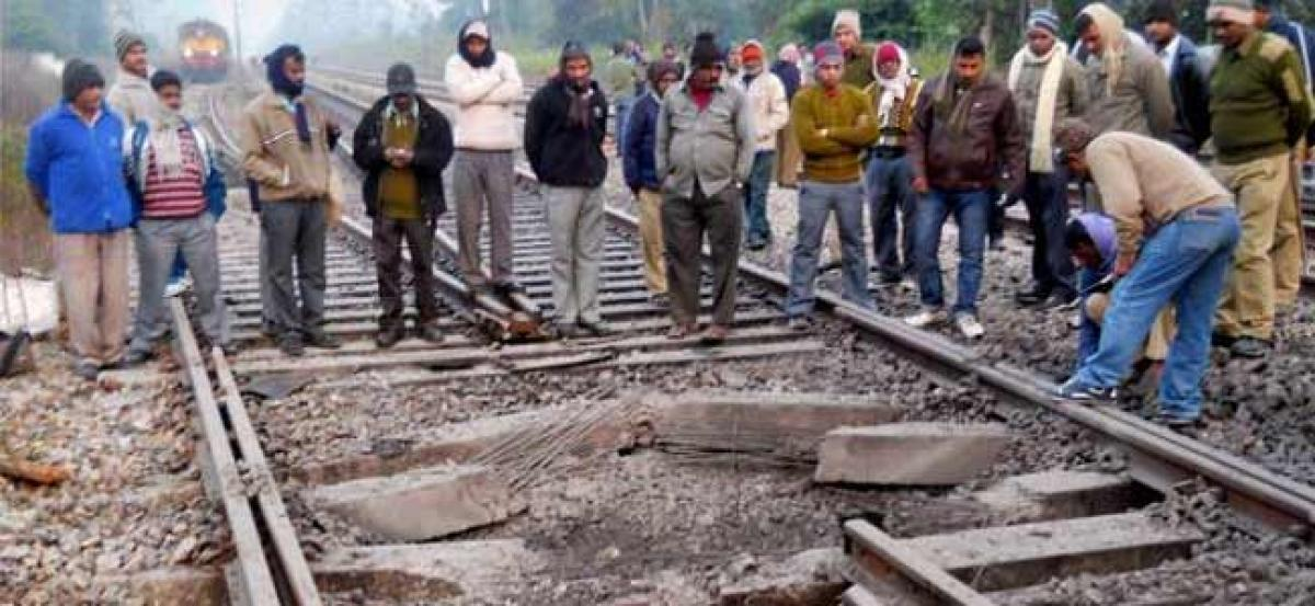 Maoists blow up railway tracks in Jharkhand