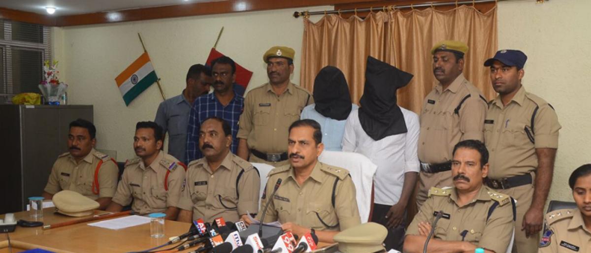2 fake cops harass lovers, held in Karimnagar