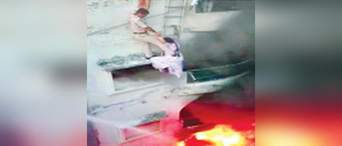 Policemen save couple trapped in fire