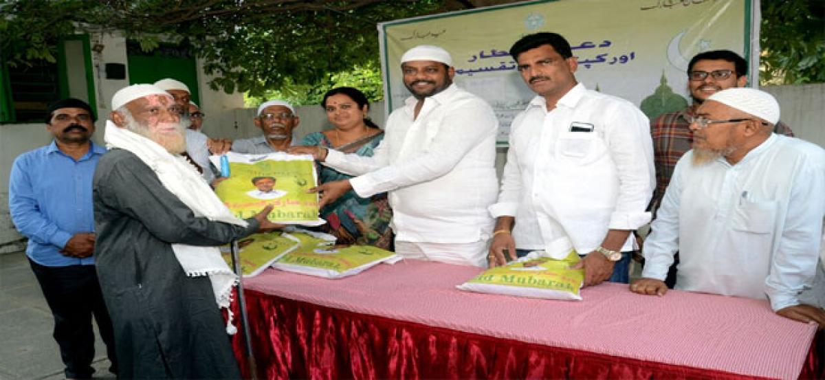 Muddagouni distributes Ramzan gifts