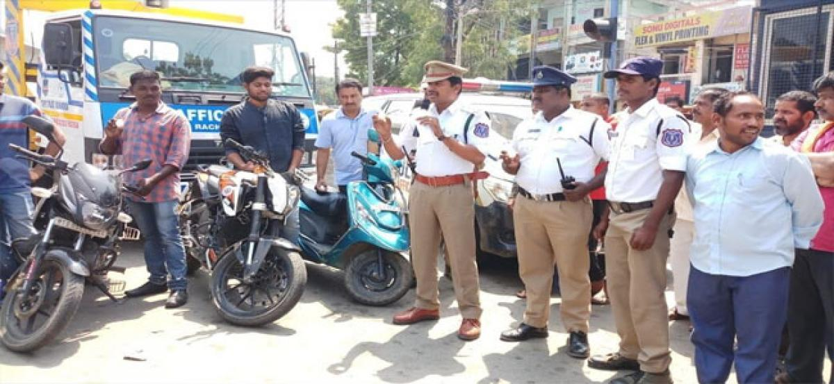 Cops sensitise public on wearing helmet