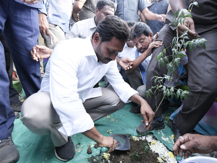 Fishermen affected by Titli cyclone complain to Jagan  of not getting compensation from govt
