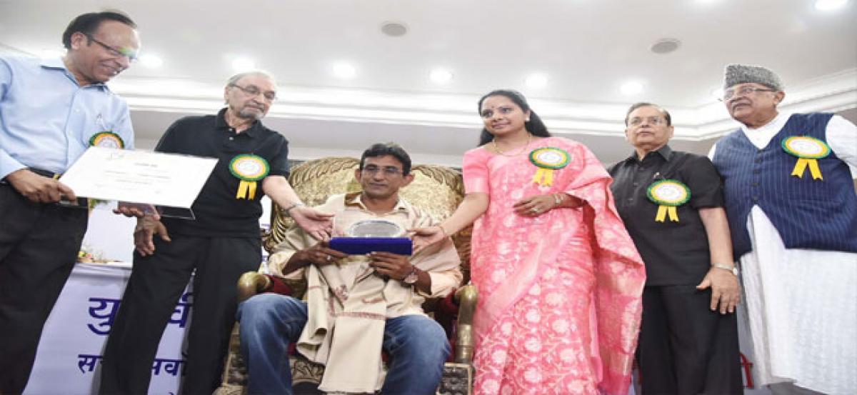 MP Kavitha presents 27th Yudhvir Memorial Award to Syed Osman
