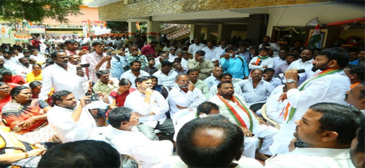 Kuna Srisailam Goud accuses TRS government of cheating people