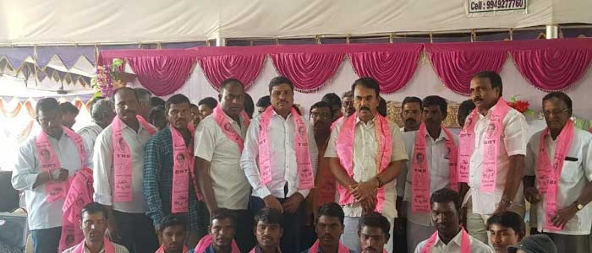 400 leaders of other parties join TRS in Nagarkurnool