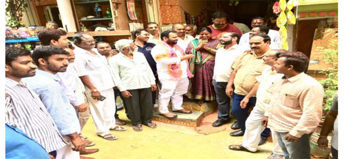 Manne Govardhan Reddy participates in Intintiki TRS programme