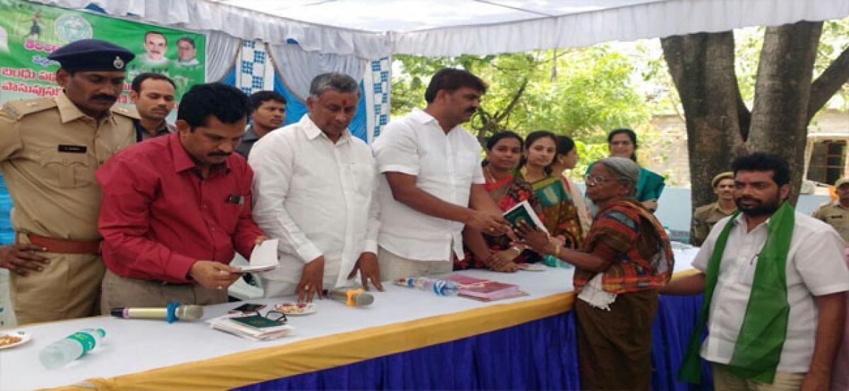 Mayor distributes pattadar passbooks, cheques