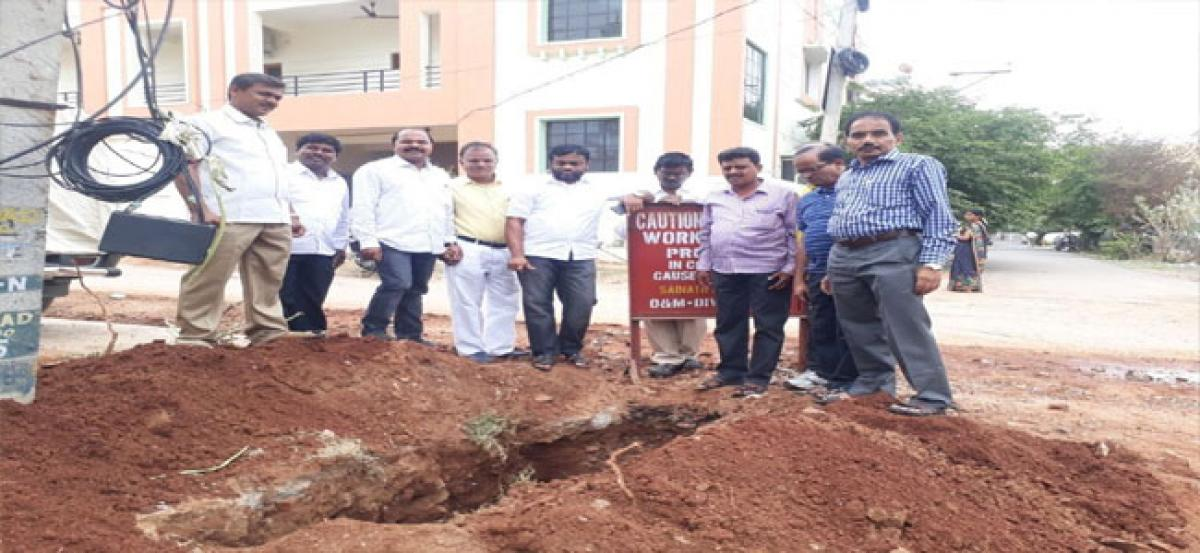 Corporator inspects pipeline repairing works