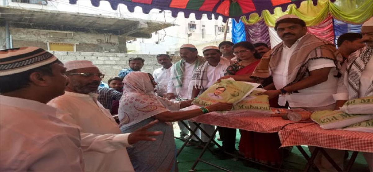 Mekala distributes Ramzan gifts