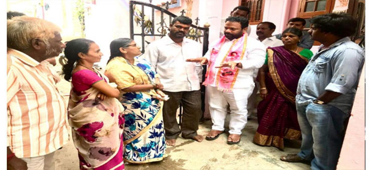 Intiintiki TRS: MGR visits Showkathnagar