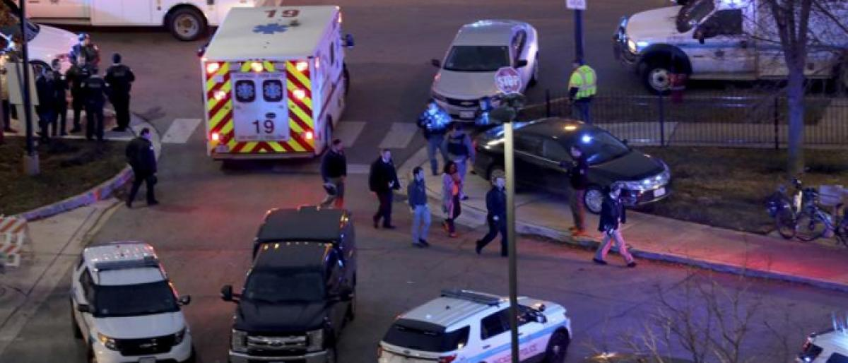 2 employees, cop, gunman dead after shootout at Chicago