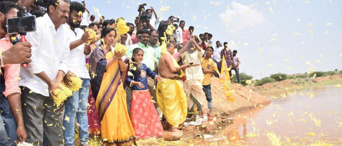 Minister Paritala Sunitha releases water to Bandameedapalle