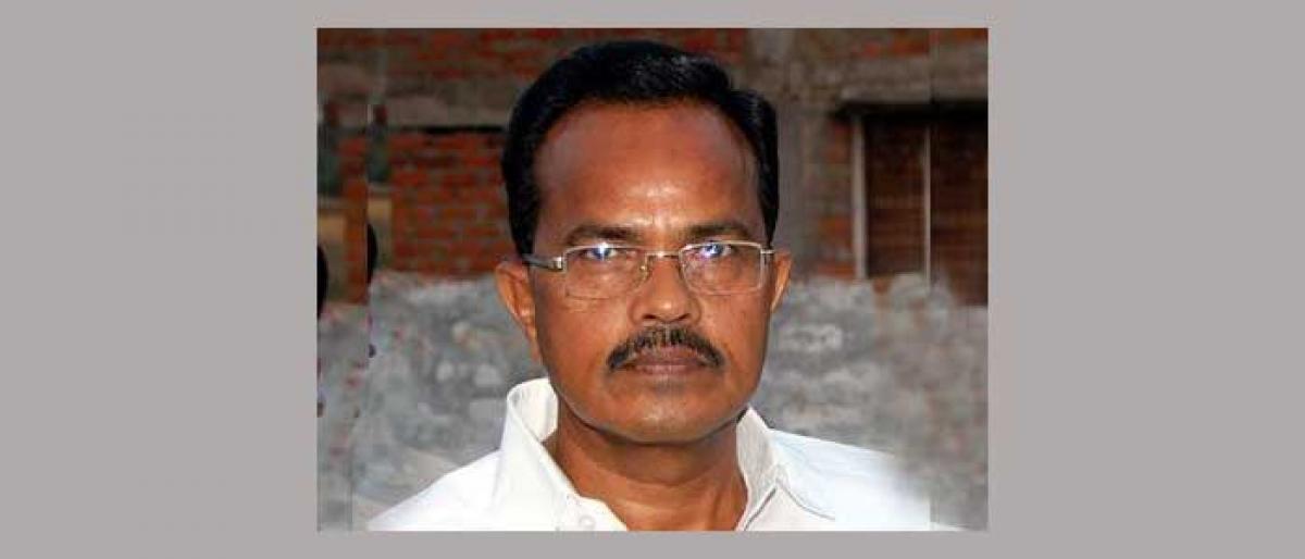 Mothkupalli slams KCR for putting ryots issues on backburner