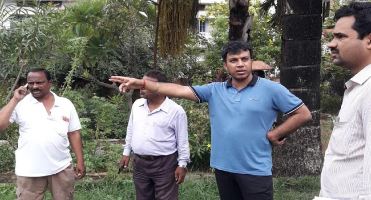 Khammam Municipal Commissioner inspects ongoing sanitation works