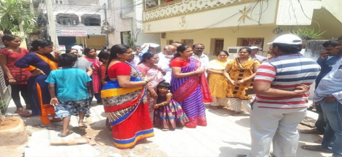 Navatha Reddy distributes Ramzan gifts