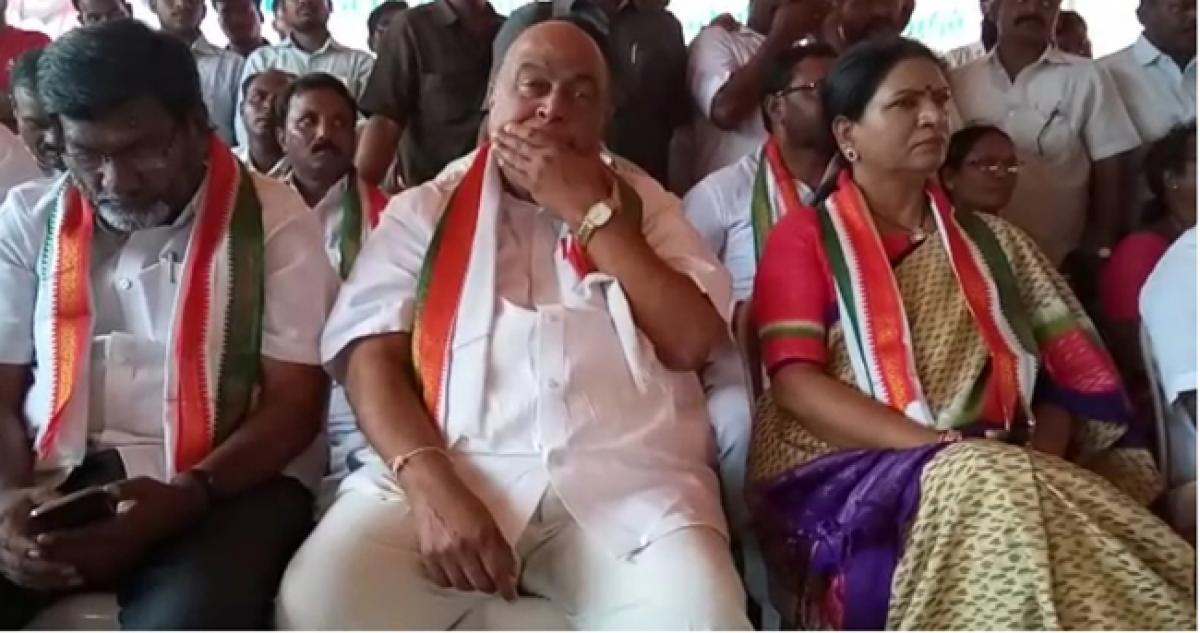 Congress stages protest against irregularities in sheep distribution scheme in Nagarkurnool