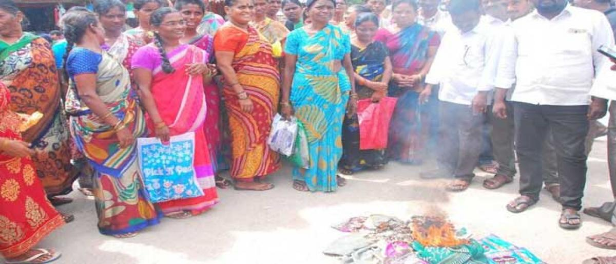 Angry women burn heaps of Bathukamma sarees in Nalgonda