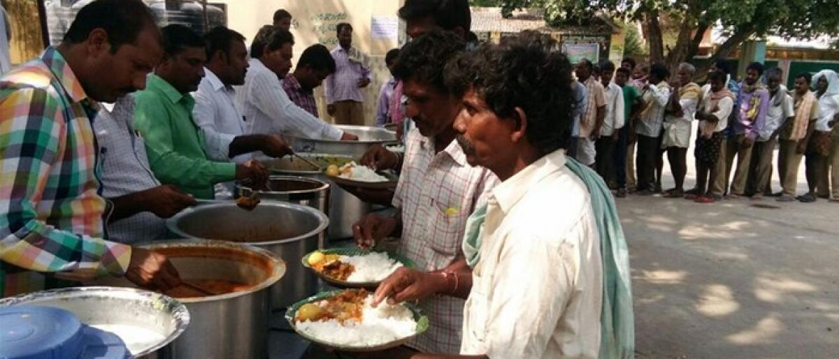 MLA Komatireddy free lunch to farmers at agri markets in Nalgonda