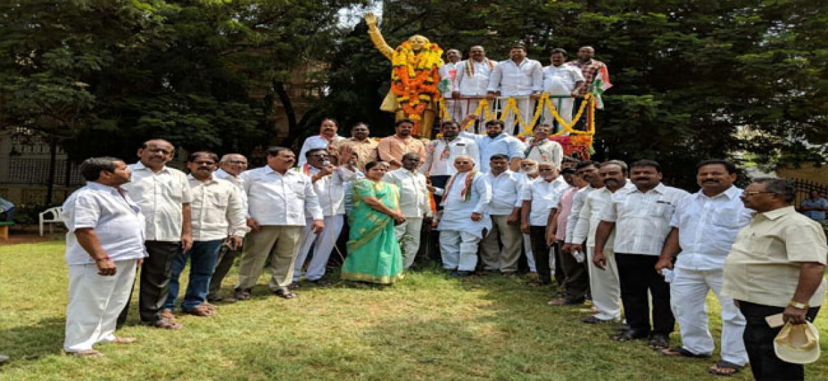 Ex-MLA Bandari pays tribute to Rajeev Gandhi