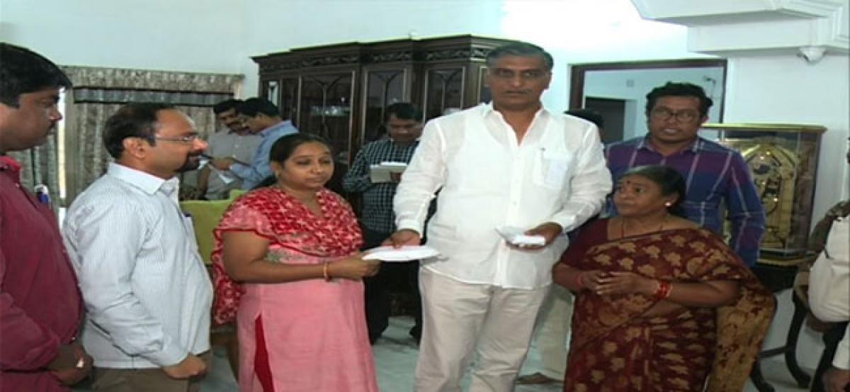Minister hands over `5 lakh ex gratia to kin of deceased journalist