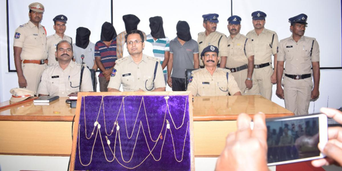 Notorious gang of chain snatchers arrested in Nagarkurnool