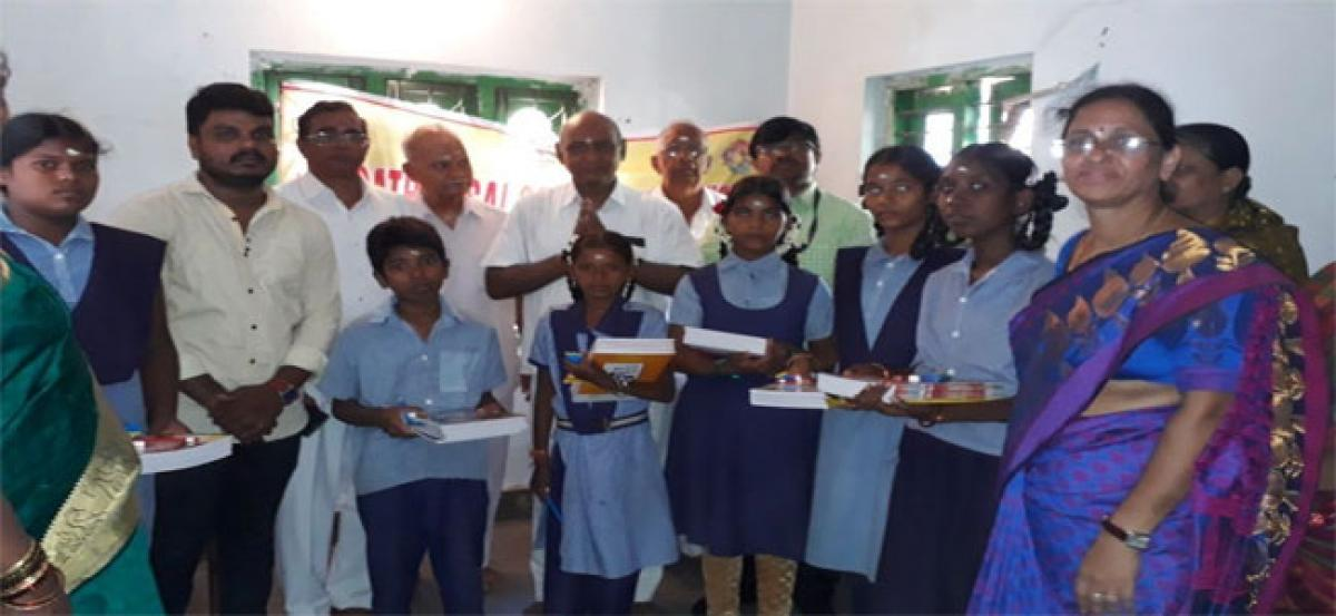 SSSS distributes notebooks