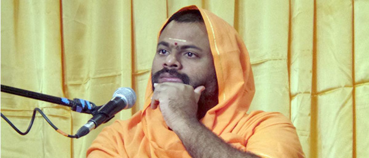 Swami Paripoornananda slams TRS, Mahakutami