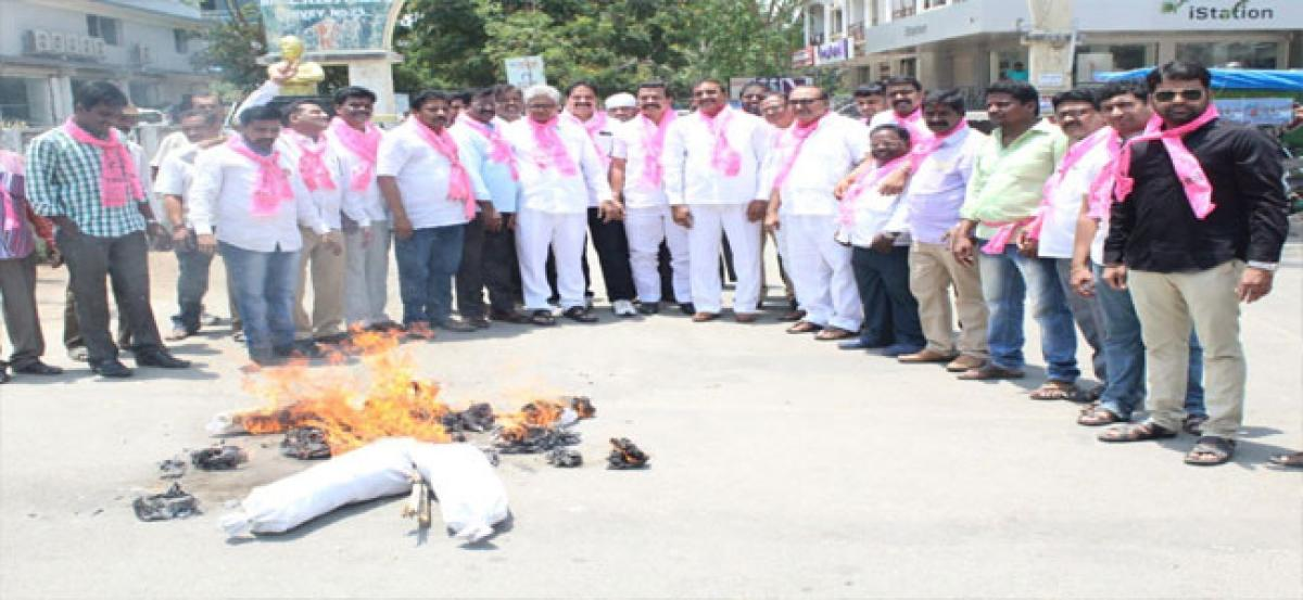 TRS activists burn Uttam's effigy