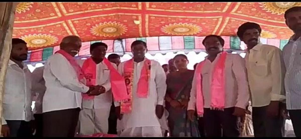 Over 200 Congress activists join TRS