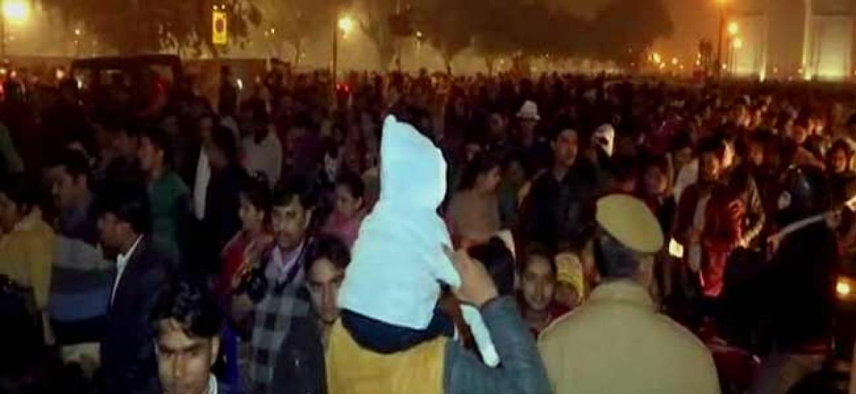 People in lakhs throng India Gate, cripple traffic