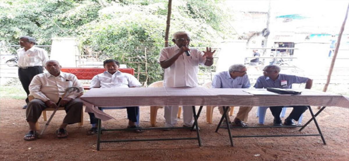 Residents of Mallikarjunagar discuss ULC problems
