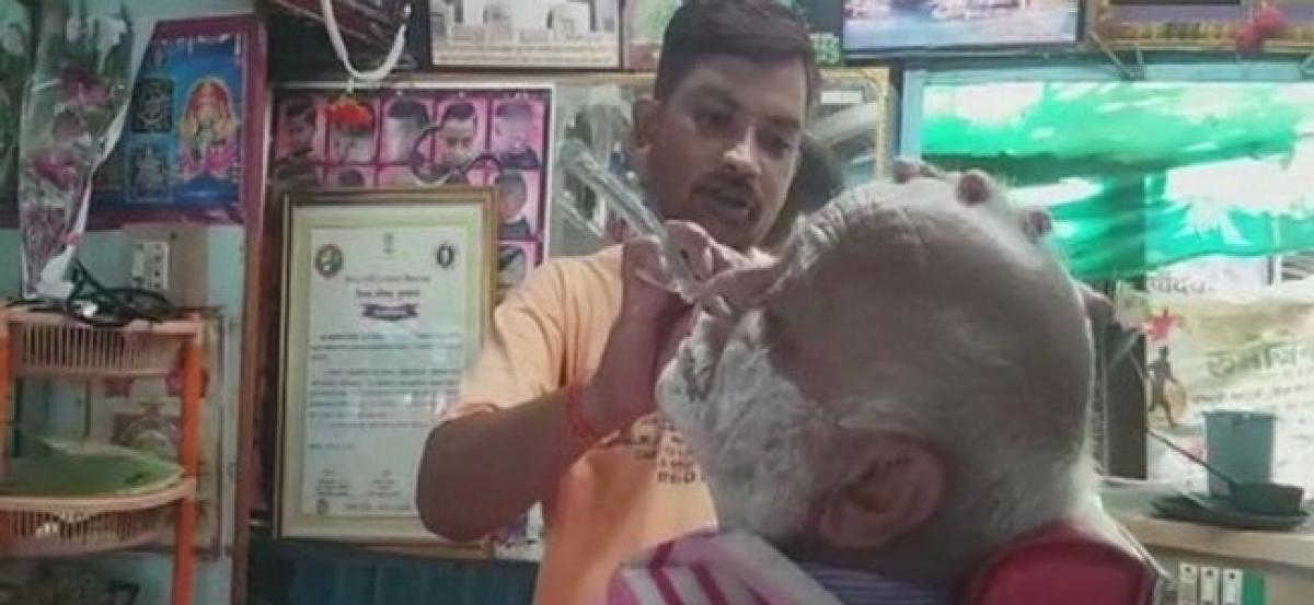 This man from Buldhana offers free shaving services to soldiers